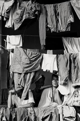 Willy Rizzo Camp de prisonniers de combattants vietminh près d'Hanoï 1951 © Willy Rizzo