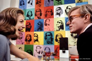 Living with Pop Art Ethel Scull et Andy Warhol devant la commande Ethel Scull 36 Times d'Andy Warhol, 1965 © Henri Dauman / daumanpictures.com